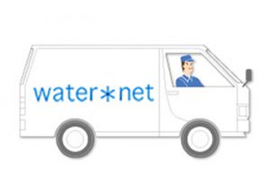 水を車で運ぶ人