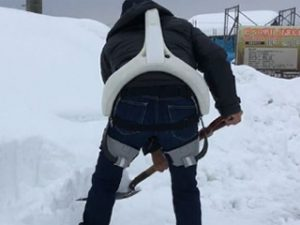 腰を使う雪かき作業