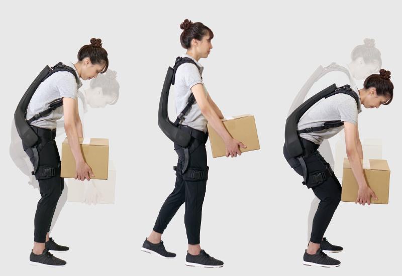 パワードウェアでダンボールを運ぶ女性